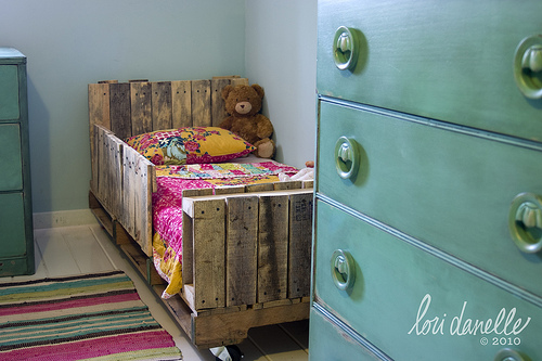 25 Fabulous Ways to Transform Wooden Pallets Into Pieces of Furniture usefuldiyprojects (15)