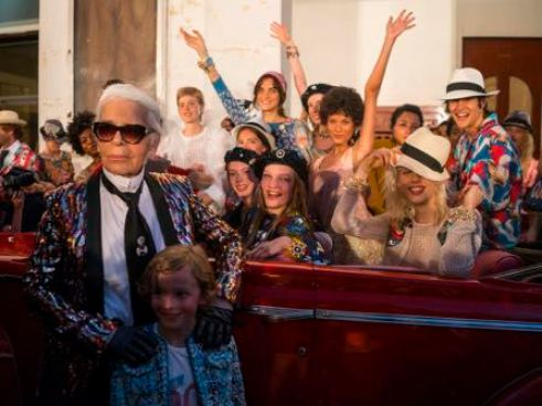 "Fashion designer Karl Lagerfeld, left, poses with the models who participated in the presentation of his ""cruise"" line for fashion house Chanel, at the Paseo del Prado street in Havana, Cuba, Tuesday, May 3, 2016. With the heart of the Cuban capital effectively privatized by an international corporation under the watchful eye of the Cuban state, the premiere of Chanel 2016/2017 ""cruise"" line offered a startling sight in a country officially dedicated to social equality and the rejection of material wealth. (AP Photo/Ramon Espinosa)"