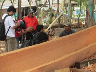 Pak Apit membuat perahu kater