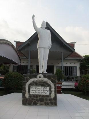 Patung Bung Karno di halaman Istana Gebang
