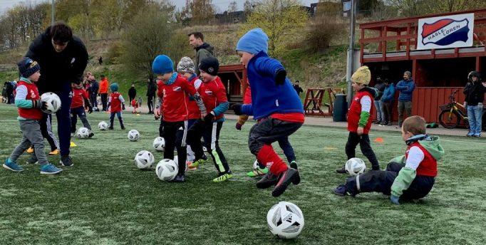 Bilde av av 2016-gutta på fotballskolen
