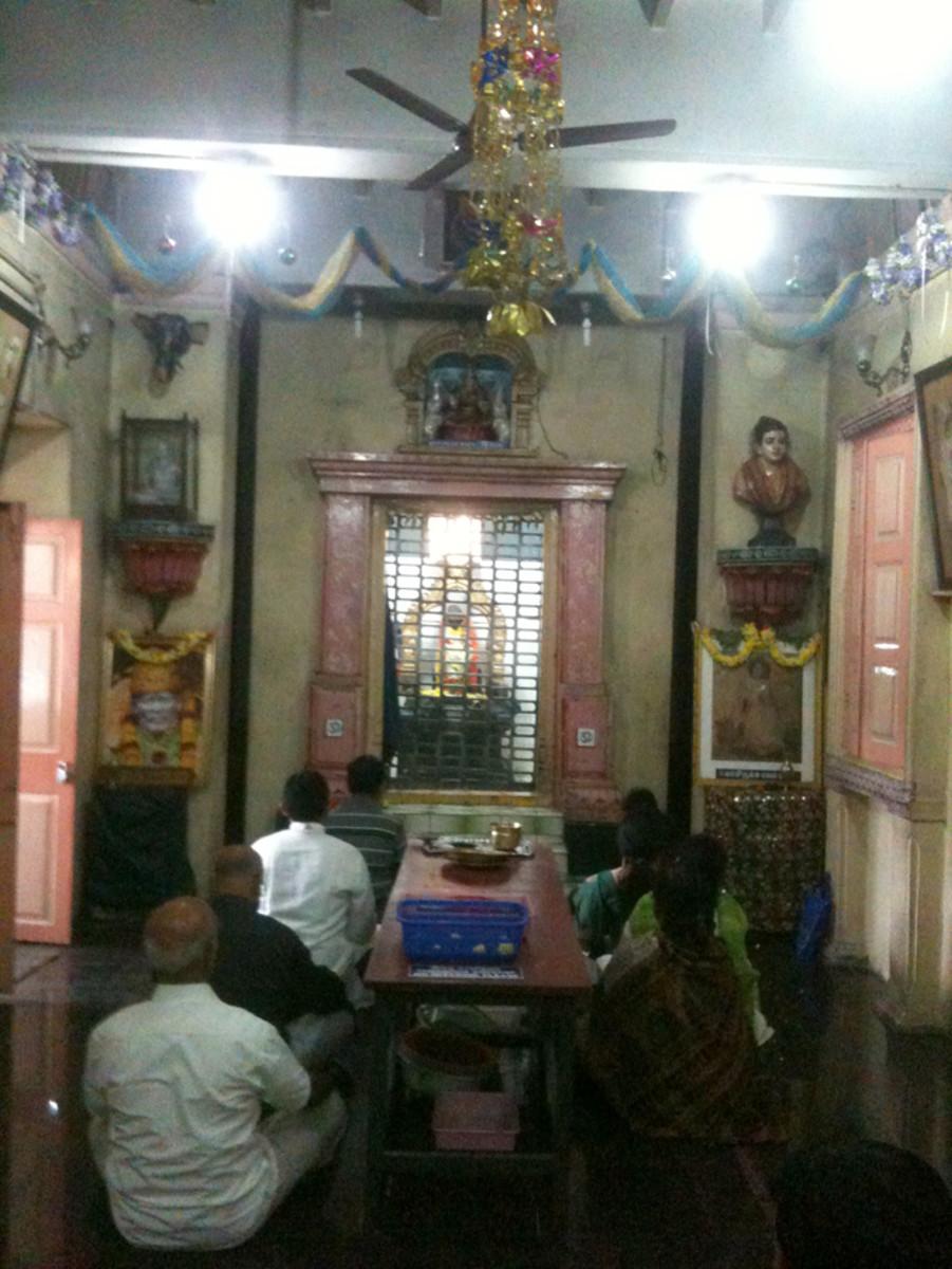 Los interiores del templo modesto donde disfrutamos de una maravillosa sesión de bhajans.