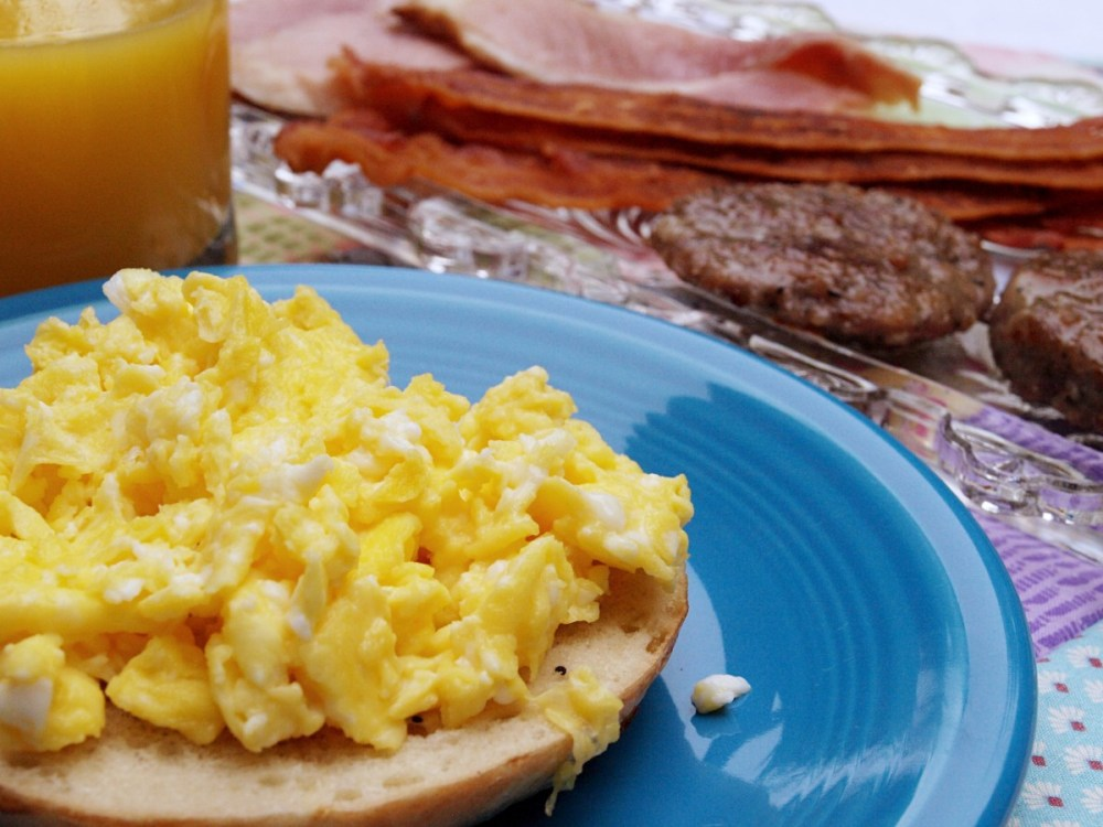Scrambled egg with ham or bacon on a toasted bagel.