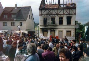 Gemeinsame Demonstration von Deutschen und Türken am Tatort des Brandanschlages von Solingen, Juni 1993. Foto: Sir James, Wikimedia Commons