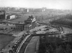 1961: Luftbild des Brandenburger Tors und der Mauer (Foto: Bundesarchiv, Bild 145-P061246 / o.Ang. / CC-BY-SA)