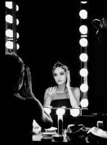 Sarah Mestrovic bei ihren letzten Vorbereitungen bevor es auf die Bühne geht.