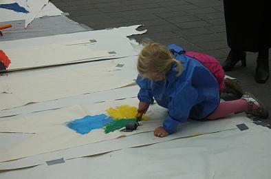 Lieke verft een vlag