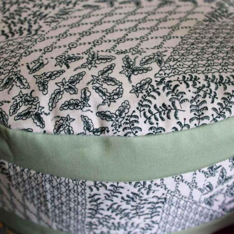 Wit met groene opdruk en lichtgroene biezen