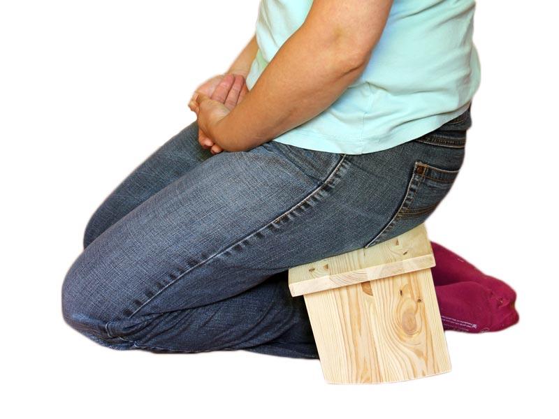 Zitter op meditatiebankje met afgeronde poten