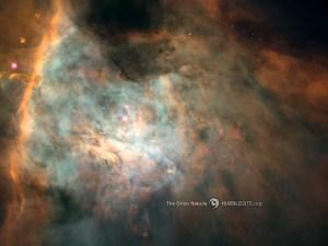 Tässä Orionin sumun yksityiskohdassa pöly- ja kaasupilvet  kehittävät uusia tähtiä. Neljä kuumaa tähteä saavat sumun hehkumaan ultraviolettivalollaan. Kuva. HubbleSite