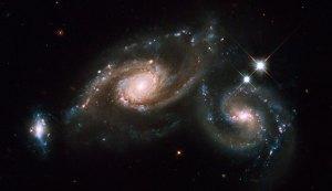 Tämä kolmen galaksin joukko on nimetty koodilla ARP 274. Galaksit eivät välttämättä sijiatse kuitenkaan lähekkäin. Kuva: ESA Hubble.