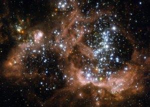 Tässä on kuva uusista kirkkaista tähdistä, jotka ikäänkuin syövät ympärillä olevaa kaasupilveä. Kuva: ESA Hubble.