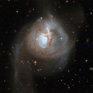 Tässä on kahden galaksin yhteentörmäyksen tulos: epämääräisen muotoinen uusi galaksi NGC 3256 , joka etsii vielä kauan stabiilia muotoa. Kuva: ESA Hubble.