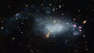 Tässä on kääpiögalaksi DDO 68. Sen muoto on vielä epämääräinen, sillä se on luultavasti vasta kehittymässä uudeksi galaksiksi. Kuva: ESA Hubble.
