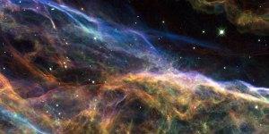 Tämä on ns. harsosumua, joka on jäännettä muinoin sattuneesta supernova-räjähdyksestä omassa Linnunradassamme. Sumun koko on taivaalla kolmisen astetta eli useita kertoja kuun halkaisija. Kuva: ESA Hubble.