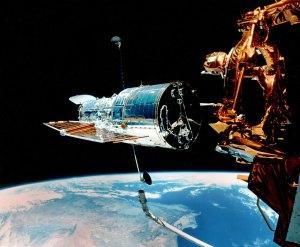 Hubble on juuri huollettu ja nyt se vapautetaan takaisin avaruuteen. Kuva: ESA Hubble.