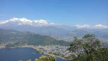 पोखरामा रहेका पर्यटकलाई श्री एयर र पर्यटक बसबाट काठमाडौँ लैजाँदै