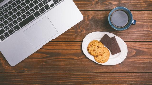 ノートパソコンとコーヒーとクッキー