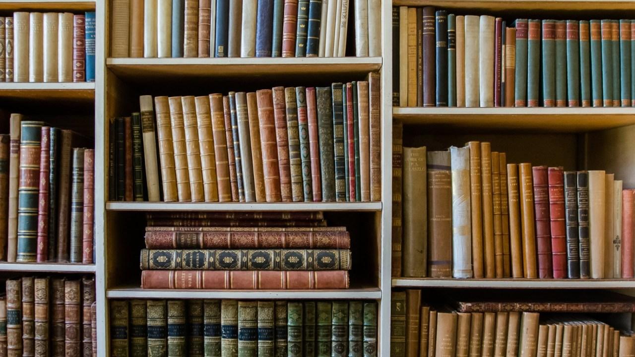 洋書の並ぶ本棚