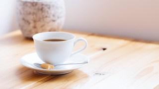 コーヒーを角砂糖の乗ったスプーン