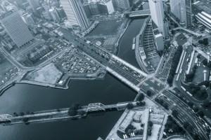 川を渡る整備された橋