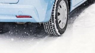 雪道をいく青い車