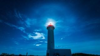 綺麗な夜空と輝く灯台