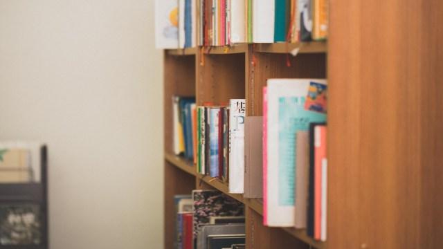 横から見た本棚