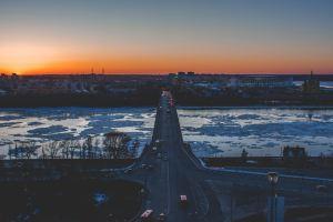 ロシアの流氷のある川に掛かった橋