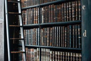 古い洋書が数多く並ぶ図書館