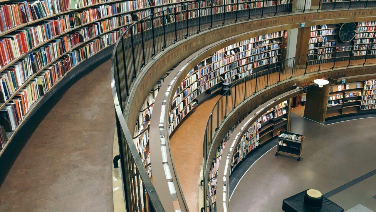 カーブしている本棚に囲まれた図書館