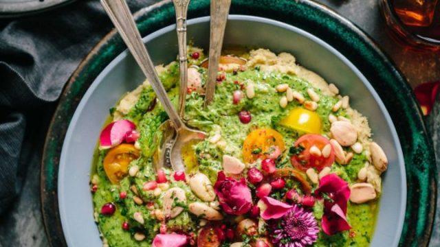 大きなお皿にカラフルなサラダ