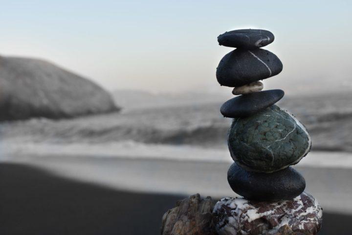 波打ち際に積まれた石