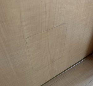 寝室のドアにラインを書く