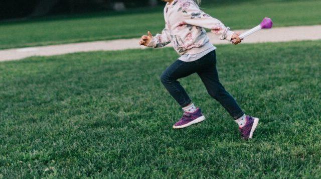 子供がバトンを持って走る