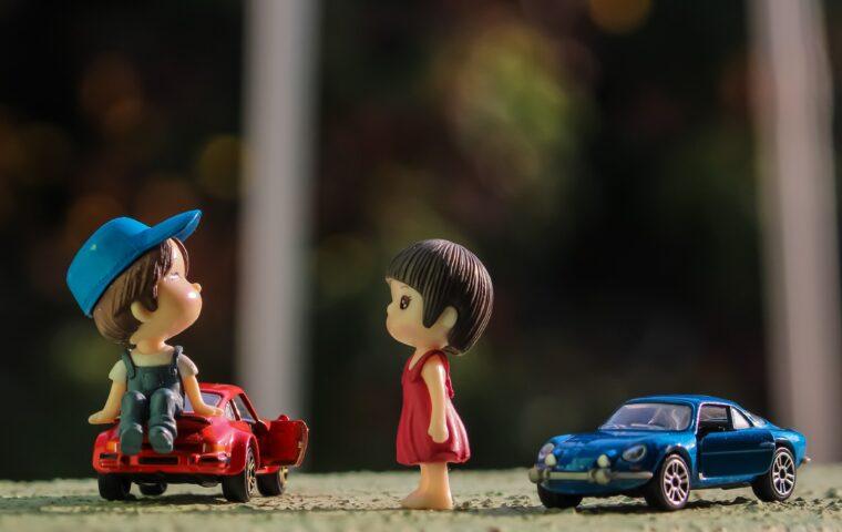 小さい人形と車