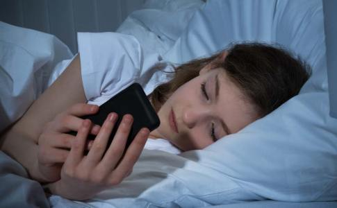 teen-text-bed