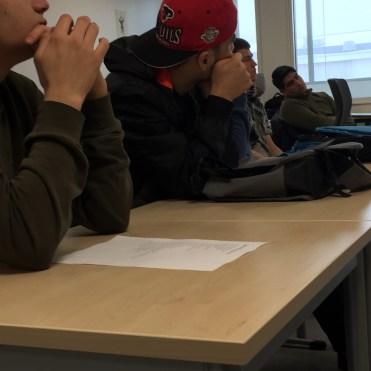 Elevene fulgte oppmerksomt med og kom med gode spørsmål til Manzor.