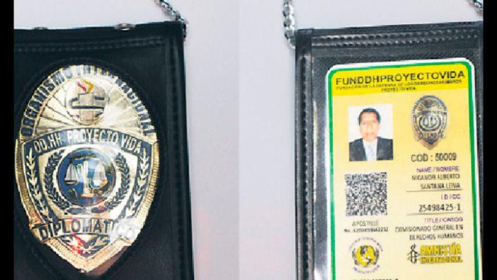 Santana se insprió en la placa de los FBI para hacer la suya. Fuente: La República