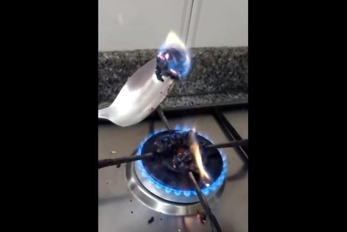 Oh, el arroz crudo se quema como cualquier otro objeto que se pone . Imagen: Youtube