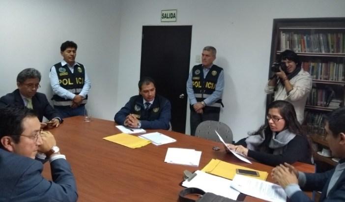 Policías y fiscal en las oficinas de IDL Reporteros: Foto: IDL Reporteros
