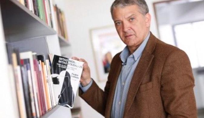 Salinas y el libro, casual. Foto: El Comercio