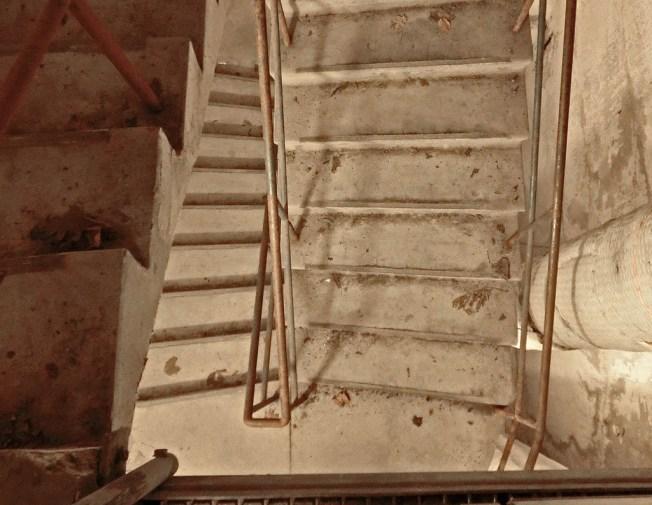 30 meter motsvarar ungefär 12 våningar. Det finns en hiss, men det är mer intressant att ta sig ner via trapphuset.