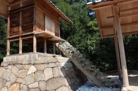 階段にガラスを使用してる神社