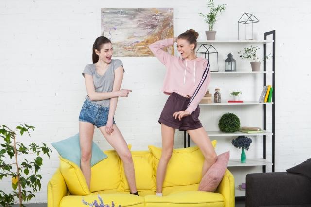 ソファの上でダンスする2人の女性の画像