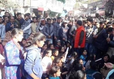 छात्रसंघ अध्यक्ष की गिरफ्तारी के विरोध में अल्मोड़ा में उबाल, झंडे—डंडे छोड़कर सभी छात्र संगठन हुए एकजुट, परिसर पहुंचे डिप्टी स्पीकर ने छात्रों की मांगों पर उचित कार्यवाही का दिया आश्वासन