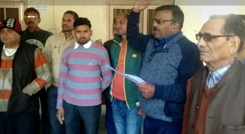 रामनगर में एकजुट होकर बोले पत्रकार जल्द रिहा हो सेमवाल। 8