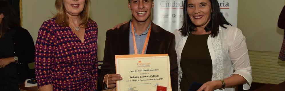 Federico Ledesma egresado de tercer año de Administración recibe premio al desempeño académico