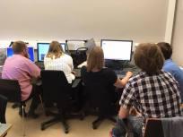 Grupp 9 skriver på schaktrapport och gör powerpoint