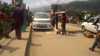 Uvira_RDC: Embouteillage monstre au pont de Mulongwe, les jeunes démobilisés viennent au secours